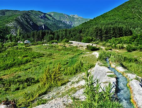 Vue sur la montagne et eau thermale dans le village de Banjisht en Macédoine
